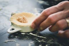 Het maken van eigengemaakte tortellini of de ravioli van het bollengebakje Royalty-vrije Stock Fotografie