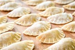 Het maken van eigengemaakte tortellini of de ravioli van het bollengebakje Royalty-vrije Stock Afbeeldingen