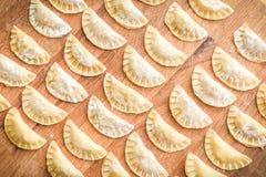 Het maken van eigengemaakte tortellini of de ravioli van het bollengebakje Stock Foto's