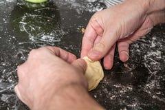 Het maken van gebakje Stock Fotografie