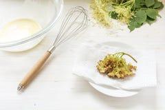 Het maken van gebraden elderflower pannekoeken, zwaait, kom met deeg en FI royalty-vrije stock afbeeldingen