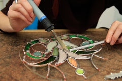 Het solderen van gebrandschilderd glas Royalty-vrije Stock Foto