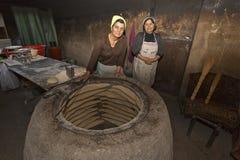 Het maken van Georgisch brood in Georgië, de Kaukasus royalty-vrije stock afbeelding