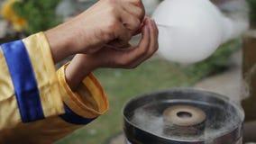Het maken van gesponnen suiker en het verkopen van het op de straat Festival, kinderjaren stock video