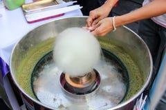 Het maken van gesponnen suiker met machine stock afbeelding