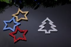 Het maken van glanzende decoratieve sterren van verschillende kleuren stock foto