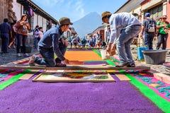 Het maken van Goede Vrijdagtapijten, Antigua, Guatemala Royalty-vrije Stock Afbeelding