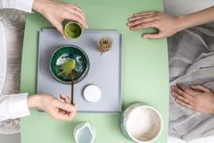 Het maken van groene matchathee Stock Fotografie