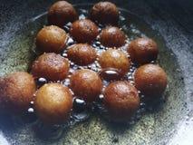 Het maken van gulab jamun Indisch snoepje royalty-vrije stock afbeeldingen