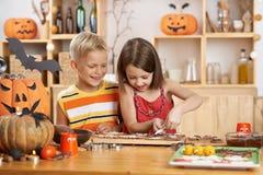 Het maken van Halloween behandelt Stock Fotografie