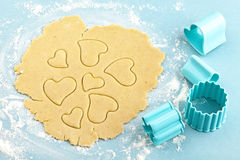 Het maken van hart gevormde zandkoekkoekjes met snijder Stock Afbeeldingen