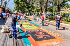 Het maken van het Heilige Donderdag geverfte tapijt van de zaagseloptocht, Antigua, Gu Royalty-vrije Stock Fotografie