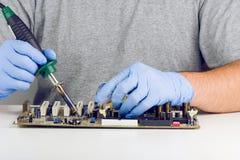 Het maken van het Solderen op Motherboard Microchip Stock Foto's