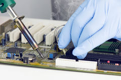 Het maken van het Solderen op Motherboard Microchip Royalty-vrije Stock Afbeelding