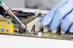 Het maken van het Solderen op Motherboard Microchip Stock Foto
