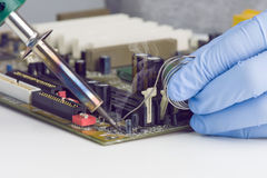 Het maken van het Solderen op Motherboard Microchip Royalty-vrije Stock Afbeeldingen