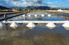 Het maken van het zout van zeewater in Vietnam Royalty-vrije Stock Fotografie