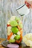 Het maken van ingeblikte groenten in het zuur Stock Foto