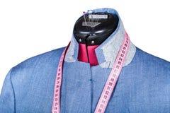 Het maken van jasje van de mensen het blauwe zijde op model Royalty-vrije Stock Afbeeldingen