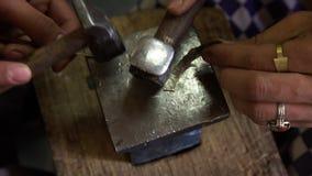 Het maken van juwelen stock video