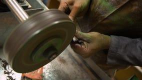 Het maken van juwelen stock footage