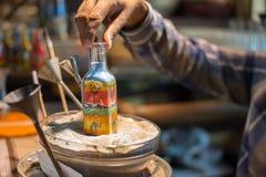 Het maken van kameel door zand in de fles van het herinneringszand in Madinat Jumeirah Souk Stock Afbeeldingen