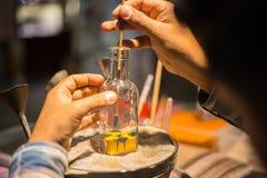 Het maken van kameel door zand in de fles van het herinneringszand in Madinat Jumeirah Souk Royalty-vrije Stock Afbeeldingen