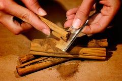 Het maken van kaneelpoeder Stock Foto's