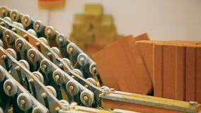 Het maken van keien bij de fabriek stock video