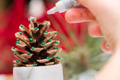 Het maken van Kerstmisdecoratie Stock Afbeeldingen