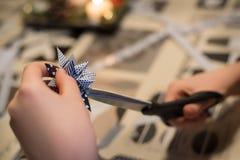 Het maken van Kerstmisdecoratie Royalty-vrije Stock Afbeeldingen