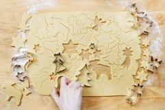 Het maken van Kerstmiskoekjes Stock Afbeeldingen