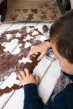 Het maken van Kerstmiskoekjes Stock Foto's