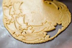 Het maken van Kerstmiskoekjes De vorm van de ster stock foto