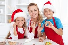 Het maken van Kerstmiskoekjes met de jonge geitjes Royalty-vrije Stock Foto's