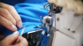 Het maken van kleren De vrouwenwerken met textiel op naaimachine Langzame Motie stock footage