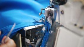 Het maken van kleren De vrouwenwerken met textiel op naaimachine Nadruk op doek stock video