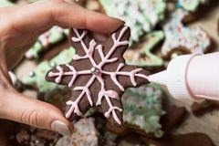 Het maken van het koekje van de Kerstmispeperkoek verfraaiend, snijdende Kerstmis stock foto's