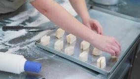 Het maken van koekjes, deegclose-up van vrouwen ` s dient de banketbakkerijkeuken in stock video