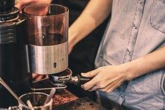 Het maken van koffie royalty-vrije stock afbeelding