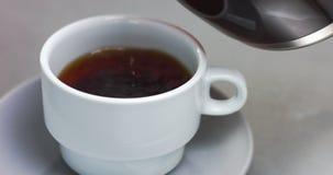 Het maken van koffie in conventioneel koffiezetapparaat stock footage
