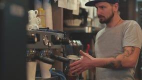 Het maken van koffie De melk van de Baristahitte Het schuimen van melk stock footage