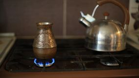 Het maken van koffie in de Turkse koffiepot op een gasfornuis voedsel en drank thuis stock video