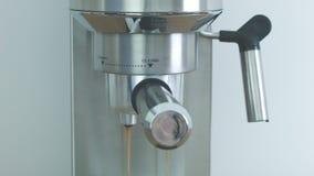 Het maken van koffie die koffiemachines met behulp van stock videobeelden
