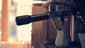 Het maken van koffie in een bar in vroege ochtendclose-up stock footage