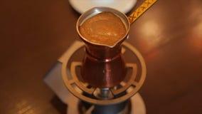 Het maken van koffie in een Turks stock videobeelden