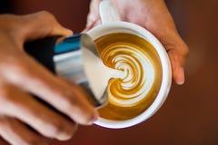 Het maken van koffie latte art. Stock Fotografie