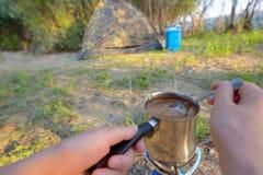 Het maken van koffie op kampvuur royalty-vrije stock fotografie