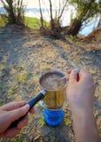 Het maken van koffie op kampvuur stock fotografie