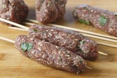 Het maken van koftabbq vleespennen stock afbeelding